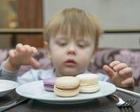Kleiner Junge, der Kuchen isst Lizenzfreies Stockbild
