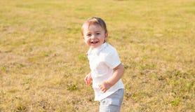 Kleiner Junge in der Landschaft Kleinkind, das draußen aktive Spiele spielt Kindheit, sorglos, Kinderspiele, Junge, frisch Stockfotografie