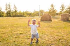 Kleiner Junge in der Landschaft Kleinkind, das draußen aktive Spiele spielt Kindheit, sorglos, Kinderspiele, Junge, frisch Stockfotos