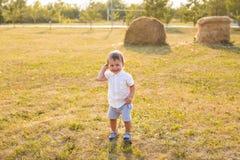 Kleiner Junge in der Landschaft Kleinkind, das draußen aktive Spiele spielt Kindheit, sorglos, Kinderspiele, Junge, frisch Lizenzfreies Stockfoto