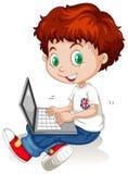 Kleiner Junge, der an Laptop-Computer arbeitet Stockfotografie