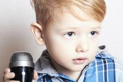 Kleiner Junge, der in microphone.child in karaoke.music singt Lizenzfreies Stockbild