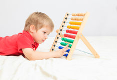 Kleiner Junge, der mit Abakus spielt Stockfotografie