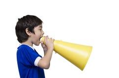 Kleiner Junge, der mit dem Megaphon schreit Stockfotografie