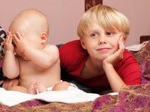 Kleiner Junge, der mit einem Bruder spielt Stockbilder