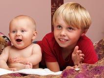 Kleiner Junge, der mit einem Bruder spielt Lizenzfreie Stockbilder