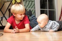 Kleiner Junge, der mit einem Bruder spielt Lizenzfreies Stockbild