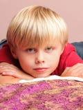 Kleiner Junge, der mit einem Bruder spielt Lizenzfreies Stockfoto