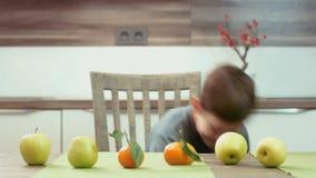 Kleiner Junge, der mit Frucht jongliert stock footage