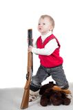 Kleiner Junge, der mit Gewehr spielt Lizenzfreie Stockfotografie