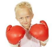 Kleiner Junge, der mit großen Verpackenhandschuhen lächelt Lizenzfreie Stockfotografie