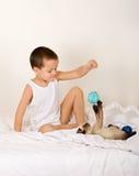 Kleiner Junge, der mit Kätzchen spielt Stockfotos