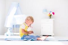 Kleiner Junge, der mit Kaninchenhaustier spielt Lizenzfreie Stockfotos