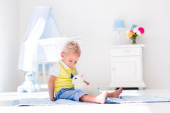 Kleiner Junge, der mit Kaninchenhaustier spielt Lizenzfreies Stockfoto