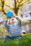 Kleiner Junge, der mit Kugel spielt Stockfoto
