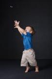 Kleiner Junge, der mit Luftblase spielt Lizenzfreies Stockfoto