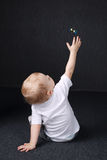 Kleiner Junge, der mit Luftblase spielt Stockfotos