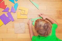 Kleiner Junge, der mit Puzzlespiel, Bildung und dem Lernen spielt Lizenzfreie Stockbilder