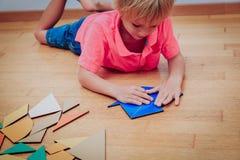 Kleiner Junge, der mit Puzzlespiel, Bildung und Lernkonzept spielt Lizenzfreie Stockfotos