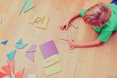 Kleiner Junge, der mit Puzzlespiel, Früherziehungskonzept spielt Lizenzfreies Stockfoto