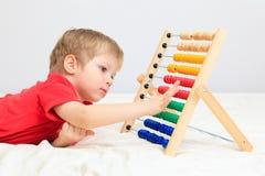 Kleiner Junge, der mit Rechenmaschine spielt Stockbilder