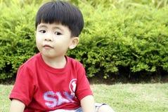 Kleiner Junge, der nach links schaut Stockfotos