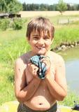 Kleiner Junge, der nasses T-Shirt auspreßt Lizenzfreies Stockbild