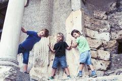 Kleiner Junge, der oben alte Architektur, Lebensstilleute auf Sommerferienabschlu? erforscht stockfoto