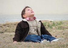 Kleiner Junge, der oben schaut Stockfotografie