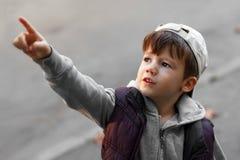 Kleiner Junge, der oben zeigt Stockbild