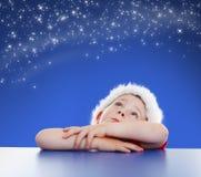 Kleiner Junge, der oben zum sternenklaren nächtlichen Himmel schaut Stockfotos