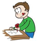 Kleiner Junge, der Papier klebt Lizenzfreie Stockfotos