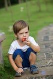 Kleiner Junge, der Pflaume isst Lizenzfreies Stockbild