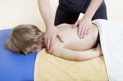 Kleiner Junge in der Physiotherapie Lizenzfreie Stockfotos