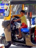 Kleiner Junge, der Rikscha in Mumbai fährt Lizenzfreies Stockfoto