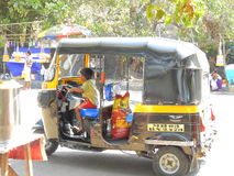 Kleiner Junge, der Rikscha in Mumbai fährt Lizenzfreie Stockfotografie