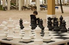 Kleiner Junge, der Schach spielt Lizenzfreie Stockfotografie
