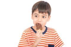 Kleiner Junge, der Schokoladeneiscreme mit glücklicher GesichtsSommerzeit isst Stockbilder
