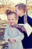 Kleiner Junge, der Schwester küsst lizenzfreie stockbilder
