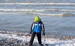 Kleiner Junge an der Seeküste träumend vom Sommer stockbilder