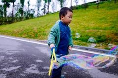 Kleiner Junge, der Seifenblasen macht Lizenzfreie Stockfotografie