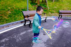 Kleiner Junge, der Seifenblasen macht Stockfotografie