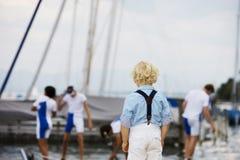 Kleiner Junge, der sein Lieblingssportteam überwacht Stockbild