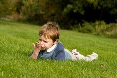 Kleiner Junge, der seine Hand liest Stockfoto
