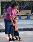 Kleiner Junge, der seine Mutter umarmt Lizenzfreies Stockbild
