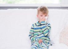 Kleiner Junge, der seine Nase durchbrennt Stockbilder