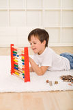 Kleiner Junge, der seine Sparungen zählt Stockbilder