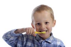 Kleiner Junge, der seine Zähne säubert Lizenzfreie Stockbilder
