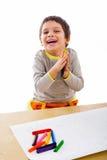 Kleiner Junge, der seine Zeichnung genießt Stockfotografie