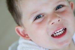 Kleiner Junge, der seinen Bademantel tragend lächelt lizenzfreies stockbild